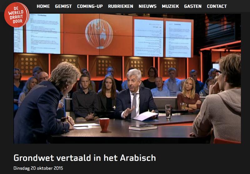 Screenshot Plasterk bij DWWD, in zijn handen en op de achtergrond de vertaalde Grondwet